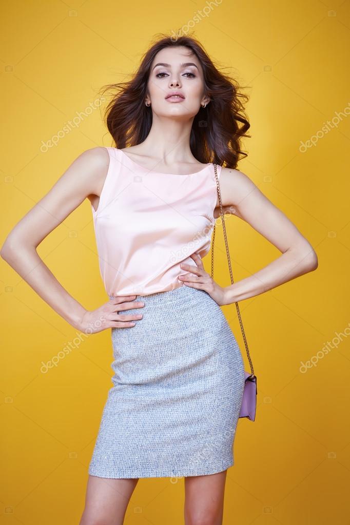 07280fdbf3 Moda glamour estilo ropa sexy hermosa mujer blusa de seda rosa algodón  falda espuma bolso moda modelo pose Catálogo Colección ropa de verano para  fecha de ...