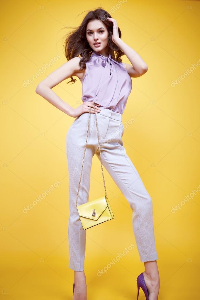 a47a89e1848f Сексуальная женщина мода гламур красивое лицо идеальным вьющиеся волосы  носить модные брюки стиль шелковая блузка модель позировать каталог  коллекции одежды ...