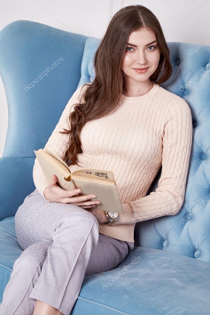 286f86f3db3 Γυναίκα ομορφιά σε τέλεια άνεση στο σπίτι εσωτερικό έπιπλα λουλούδι κορίτσι  κερί φορούν casual μόδα μάλλινα πουλόβερ στυλ παντελόνι και παπούτσια ρούχα  για ...