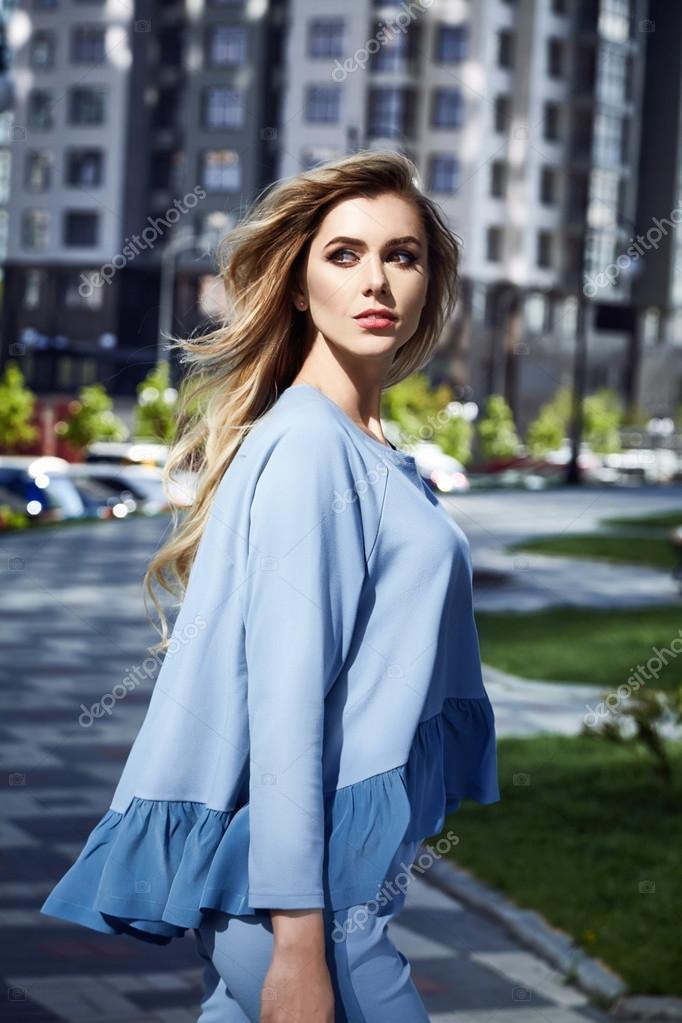 265bfbd2b8 Modelo de glamour de la moda hermosa mujer sexy en el estilo de negocios  ropa para la oficina y fecha de reunión casual cabello rubio natural  maquillaje ...