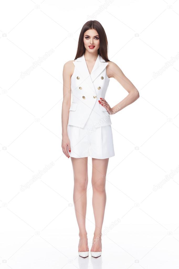 72fc0cb7d8ce Giovane bello modello femmina sexy in abito corto bianco– immagine stock
