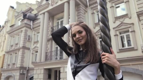 Menina Bonita Moda Modelo Posando No Cabelo Escuro Longa Rua Dia Vestindo Um Vestido Elegante Preto E Branco Sobre Um Fundo De Arquitetura Moderna Construção De Cidade De Estilo Europeu Clássico