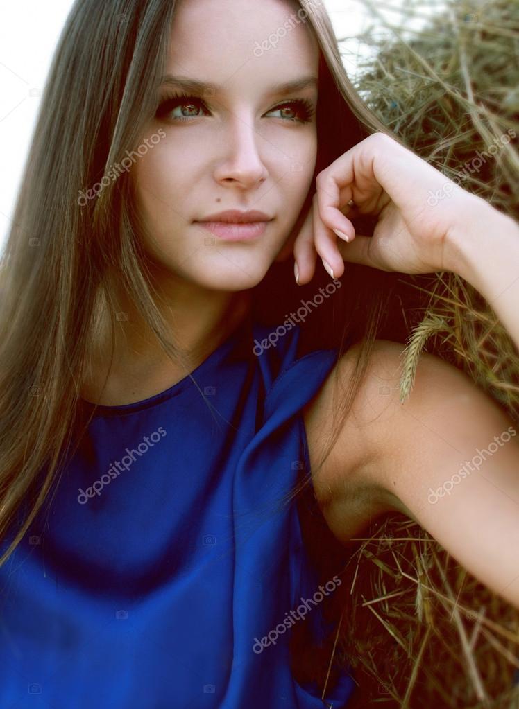3e63711709e1 Sexig tjej i en blå sidenklänning på en bakgrund av höstacken — Stockfoto