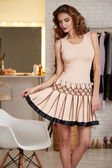 bezaubernde sexy Frau in Mode kurzes rosa Abendkleid