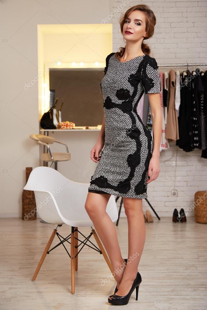 78a8222b698 Belle femme en robe sexy courte pour partie de soirée– images de stock  libres de droits