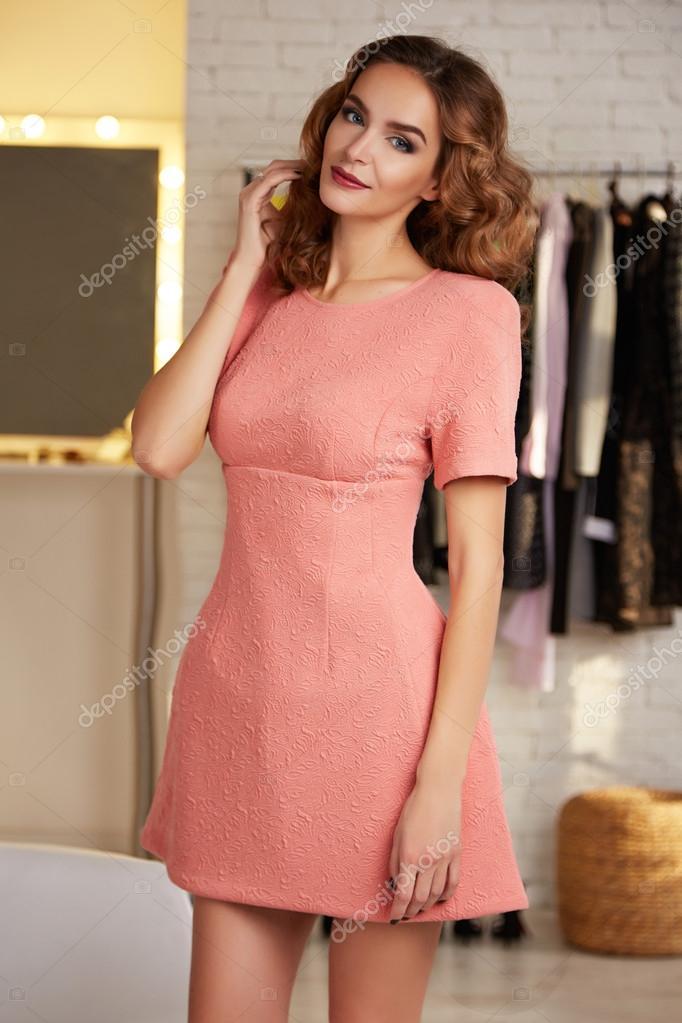 Hermosa mujer en vestido sexy corto para fiesta de noche — Foto de ...