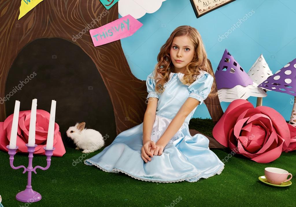 Schönes Mädchen lange hören blaues Kleid mit Kaninchen — Stockfoto ...