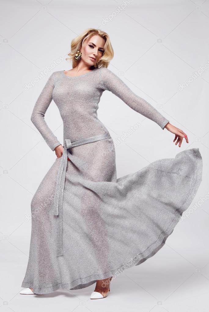 Schöne Körperform, blonde Frau im langen Abendkleid für Partei ...