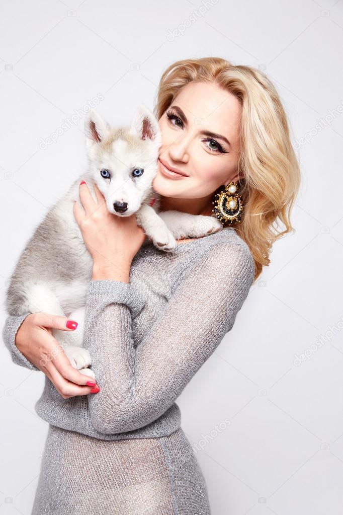 Beautiful sexy woman hug pets dog makeup dress blond — Stock