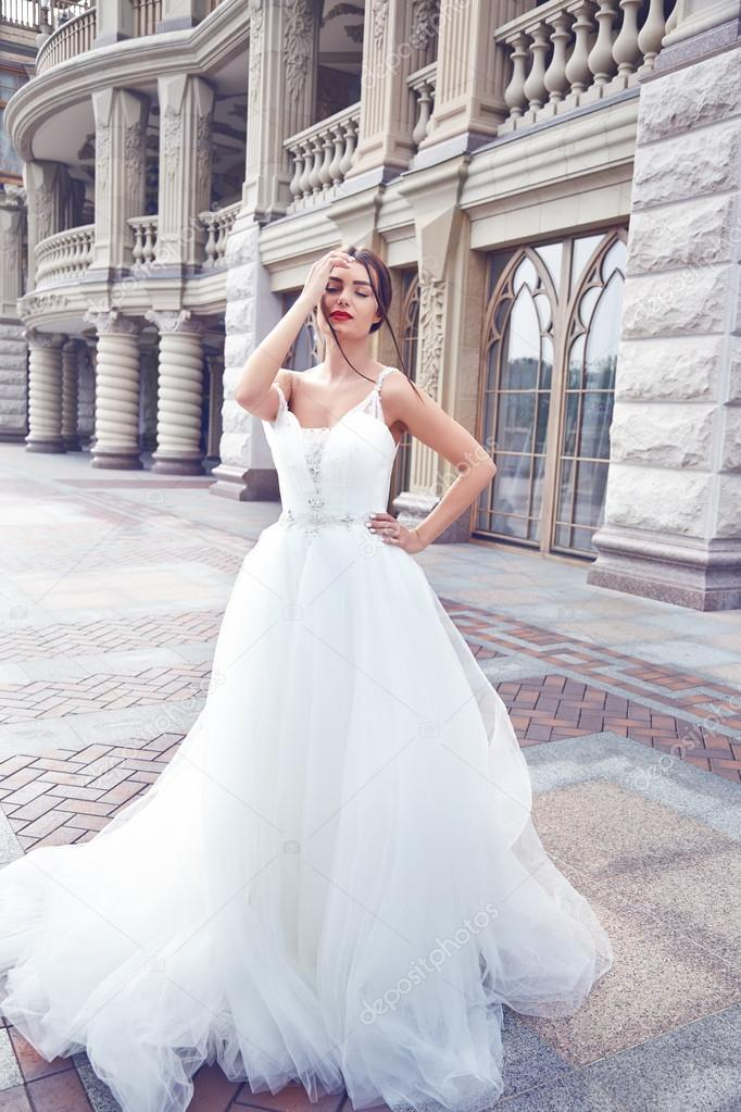 Zomer Bruiloft Jurk.Mooie Jonge Vrouw Sexy Brunette Bruid In Een Luxe Witte Bruiloft