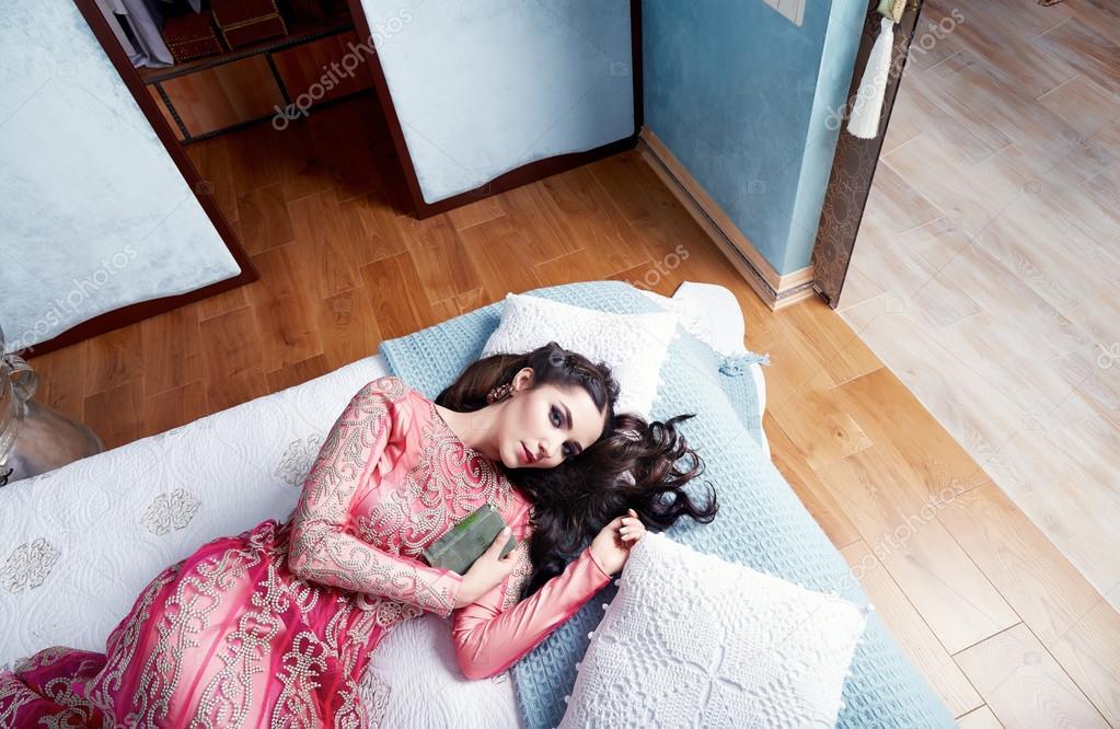Mooie sexy vrouw bed harem slaapkamer jurk kleding mode