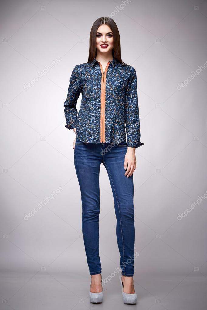 c716504c19 Morena de modelo de belleza moda ropa casual colección mujer — Fotos de  Stock