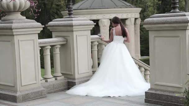 Sexy bruneta nevěsta krásná mladá žena v luxusní bílé svatební šaty přírody hrad letní štěstí čeká ženich před svatební obřad