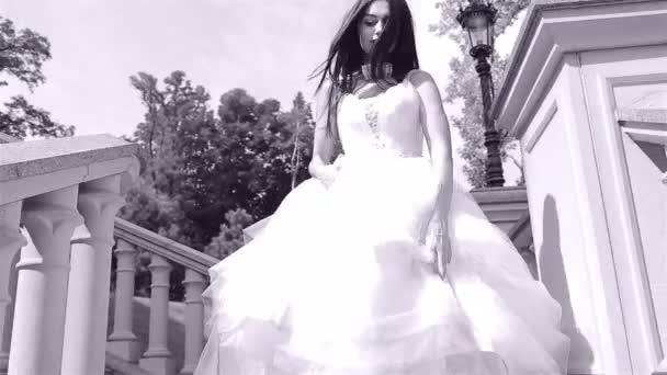 Sposa del brunette sexy bella giovane donna in un abito da sposa bianco di lusso della natura felicità Castello estate attende lo sposo prima della cerimonia nuziale