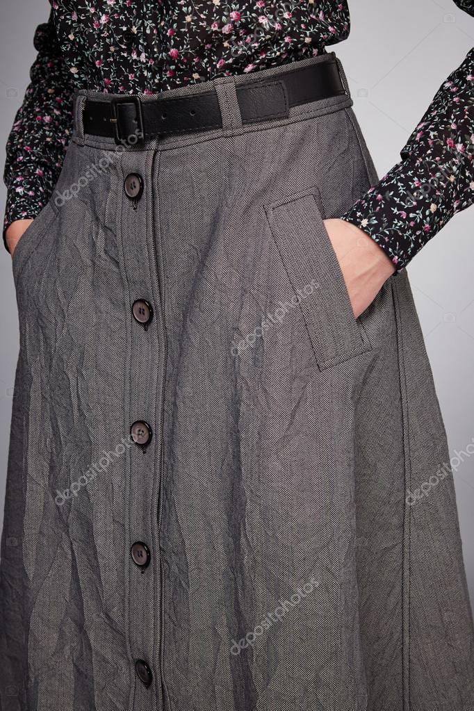 71116cb16fc Krásná mladá sexy žena s dlouhými vlasy bruneta perfektní sportovní hubená  postava opálené tělo make-up nosí šaty kostým sukně kolekce katalogu tričko  styl ...