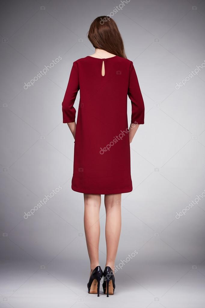 d1e905794dfd Bella giovane donna sexy con capelli lunghi castana perfetto sport sottile  figura abbronzato indossando un abito vestito gonna raccolta catalogo  camicia ...