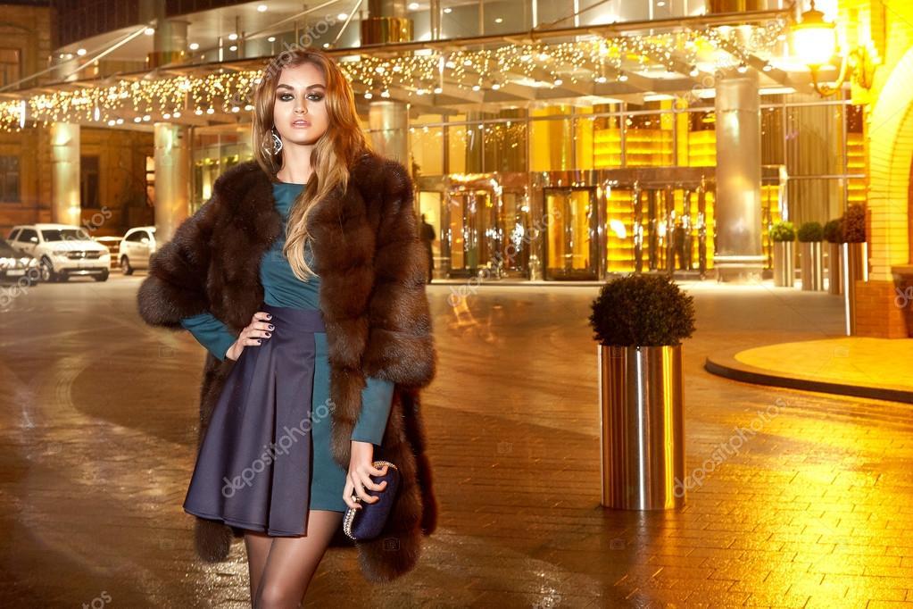 Schöne junge sexy blonde Abend geschminkt in eleganten passende ...