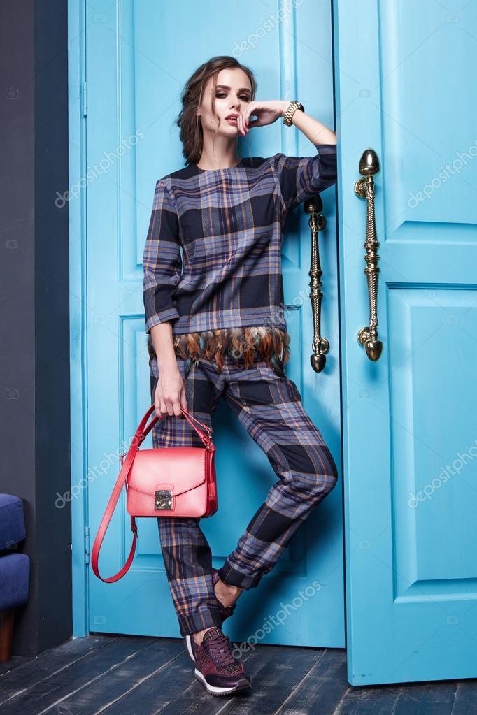 cf73a2117895 Красивая сексуальная девушка одета стиль моды одежда новый каталог коллекции,  современные, стильные брюки, модные шелковая рубашка аксессуар обувь на ...