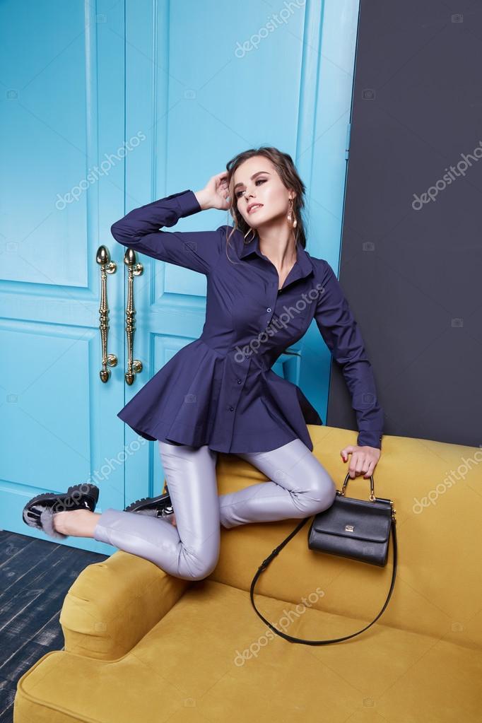 Девушка в красивом платье и на каблуках