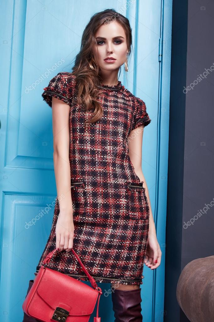 Schöne junge sexy Frau in intelligenten Abendkleid roten Kleid aus ...