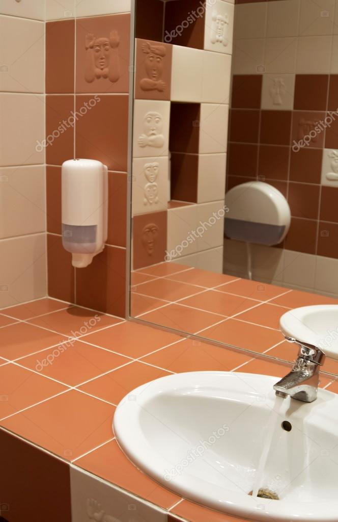 Salle de bain blanc et orange — Photographie nishka321 © #83630556