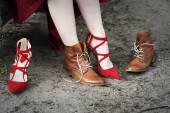 Closeup Frau ändern für ihren high Heels Stiefel