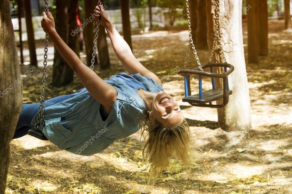 mujer rubia sentada en un columpio en el patio — Foto de stock ...