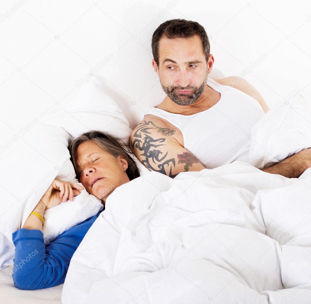 couple au lit photographie wernerimages 54468287. Black Bedroom Furniture Sets. Home Design Ideas