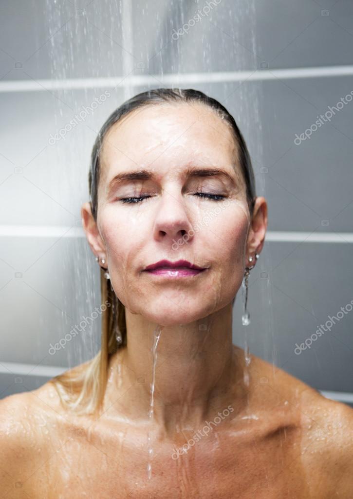 Блондинки принимают душ