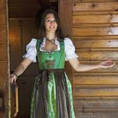 Fotografie Frau im Dirndl stehen in Tür mit einladende Geste