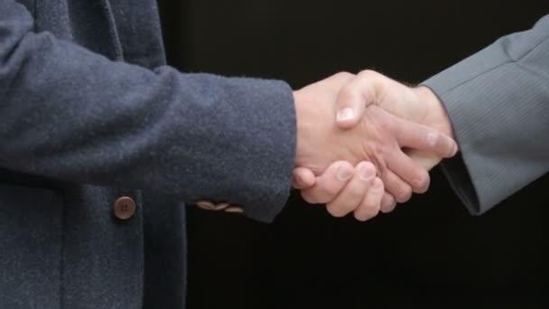 detail dvou mužů potřesení rukou