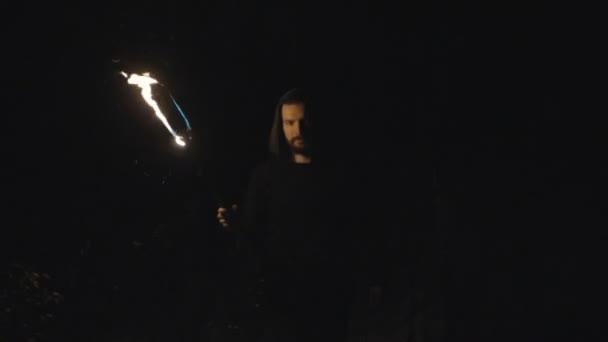 Mystic mladíka v temném lese, chůzi s pochodní