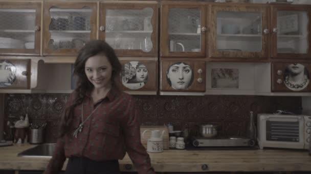 Krásná bruneta žena v retro kuchyň