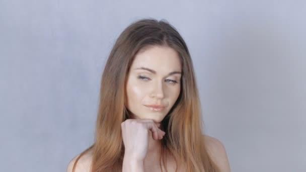 Zblízka portrét krásné ženy s tváří krásy a holá ramena.