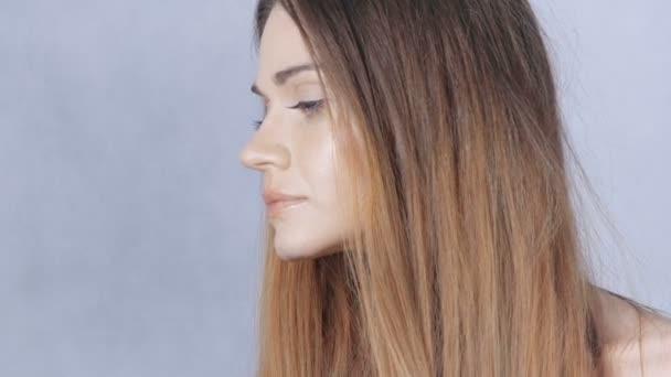 Portrét krásná světlovlasá žena překvapená velkýma očima na bílém pozadí