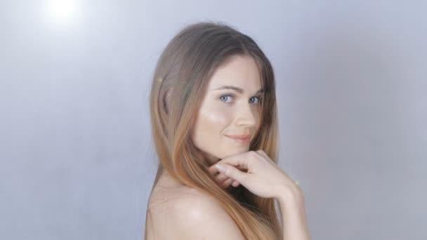 Zblízka portrét krásné ženy s tváří krásy a holá ramena