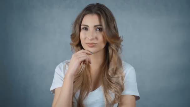 Portrét krásné mladé ženy smíchy nad bílým pozadím.
