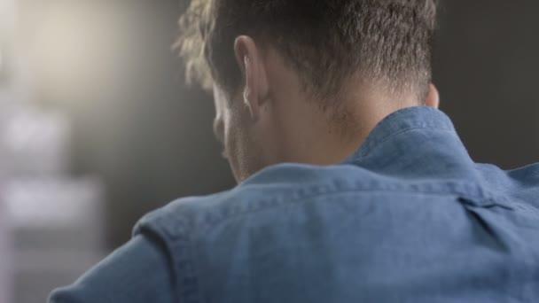 Detailní portrét zamyšlený mladíka v modré košili, uvnitř