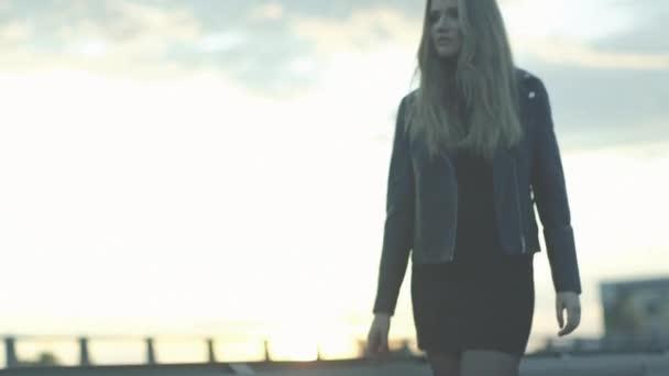 portrét sexy dívka kráčí ulicích v západu slunce