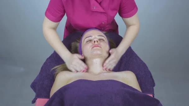 Mladá blondýnka v lázních získá masáž obličeje