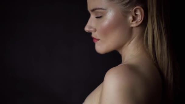 krásná žena s pearl šperky při pohledu na fotoaparát