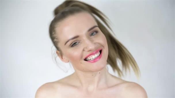 atraktivní usměvavá blondýnka izolovaných na bílém pozadí