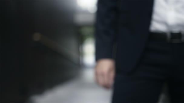 Üzletember, a keze a zsebében
