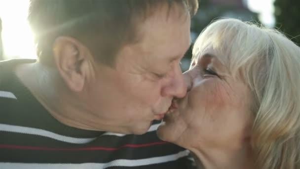 líbání šťastný starší pár v lásce venkovní