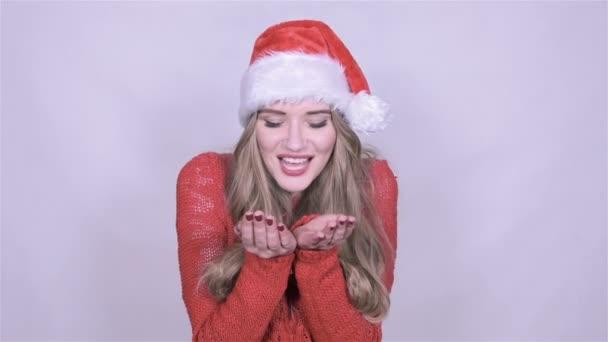 Attraktive junge Frau in Weihnachten Hut senden einen Kuß auf weißem ...