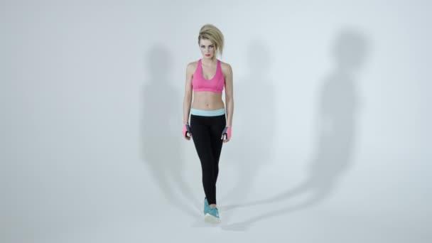 Chodící fitness žena izolovaných na bílém pozadí
