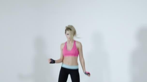 Hmotnostní úbytek fitness žena skákat radostí nad bílým pozadím