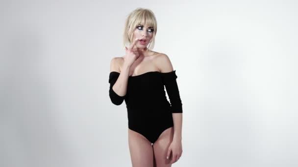 Atraktivní Mladá blondýnka s jinou tváří emoce nad bílým pozadím