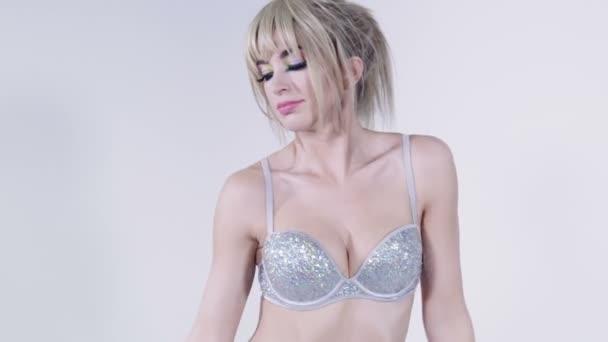 Veselá blondýnka s třásněmi na sobě podprsenku diamond taneční Studio