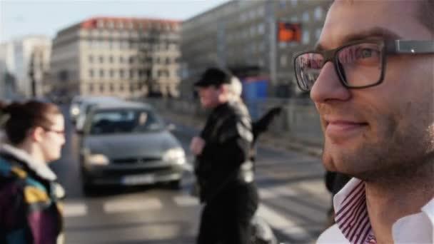 Podobizna mladého muže nosit brýle v ulicích města